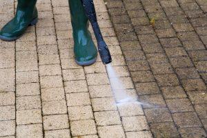 ניקוי אבנים משתלבות בלחץ מים