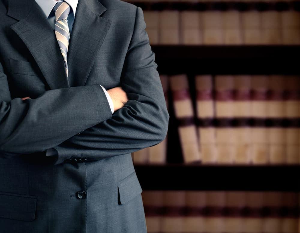 עורך דין עם ספרים